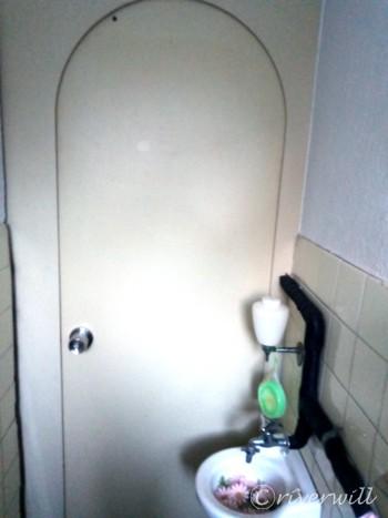 可愛らしい形したトイレのドア