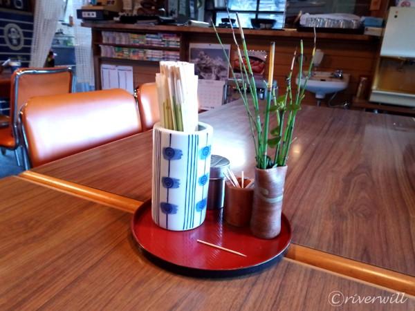 テーブルにさり気なく添えられている草木も風流
